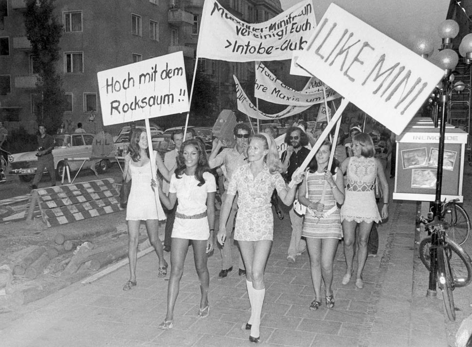 manifestation féministe mini jupe munich 1970 protestation marche